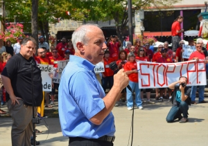 CWA President Larry Cohen addresses the TPP rally in Peavey Plaza.