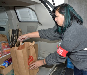 Jen Guertin of AFSCME St. Paul Clerical Local 2508 loads food donations bound for Neighbors Inc. (AFSCME Council 5 photo)