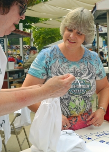 Mary Smith (L), a volunteer manager with Greater Twin Cities United Way, helps Robin Walters of Oakdale with the project.