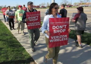 Workers picketed in solidarity with 39,000 striking Verizon workers outside the company's Roseville store last week. (Labor Review photo)